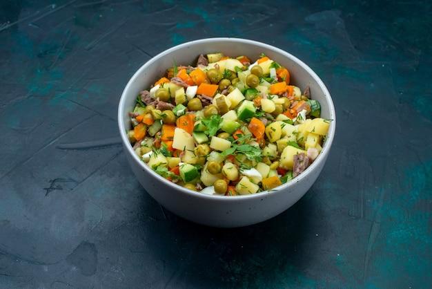 Вид спереди нарезанный овощной салат, приправленный кусочками курицы, внутри тарелки на темно-синем столе салат овощная еда еда закуска обед