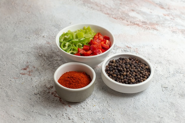 Вид спереди нарезанные овощи с перцем на белой поверхности
