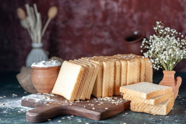 Vista frontale pane bianco a fette su sfondo scuro panetteria tè colazione cibo mattina pagnotta pasta panino pasticceria