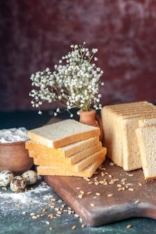 Vista frontale pane bianco affettato sullo sfondo scuro panino pasta panetteria tè cibo colazione pagnotta pasticceria mattutina