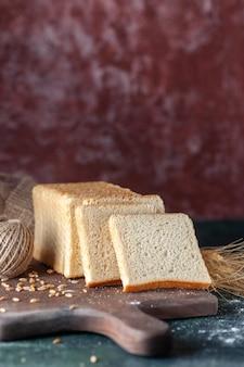 Vista frontale fette di pane bianco su sfondo scuro panino pane panetteria tè mattina pasticceria cibo colazione pagnotta