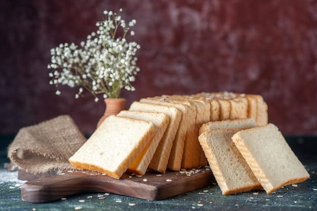Vista frontale pane bianco a fette su sfondo scuro pasta da forno tè colazione mattina panino pasticceria cibo
