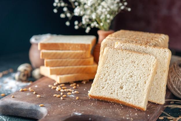 전면 보기 어두운 배경 빵 반죽 빵집 음식 아침 빵 아침 패스트리에 얇게 썬 흰 빵