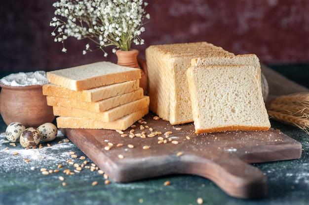 전면 보기 어두운 배경 빵 반죽 빵집 차 음식 아침 빵 아침 패스트리 위에 얇게 썬 흰 빵
