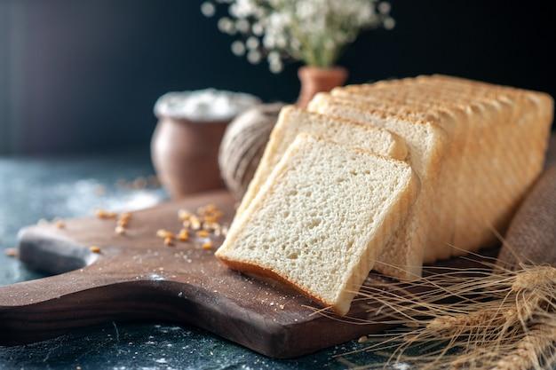 Вид спереди нарезанный белый хлеб на темном столе, тесто для булочек, выпечка, чай, утренняя выпечка, еда, завтрак, буханка