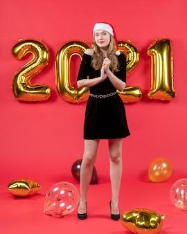 赤に黒のドレスの風船で若い女性を正面から見た笑顔