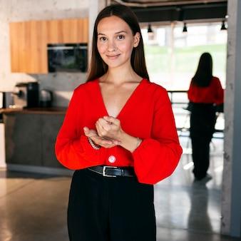 Vista frontale di smiley imprenditrice utilizzando il linguaggio dei segni