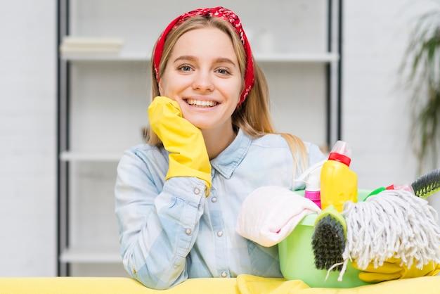 Donna delle pulizie di smiley di vista frontale