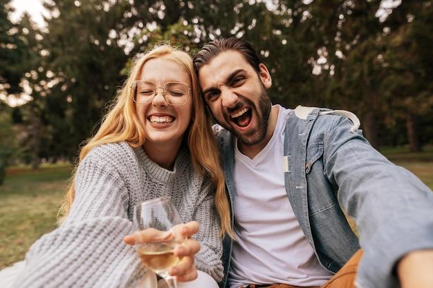 自撮り写真を撮る正面図スマイリーカップル
