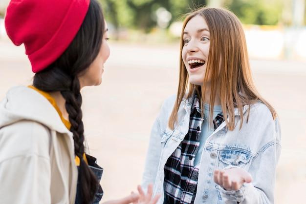 Faccine sorridenti di vista frontale felici di incontrarsi