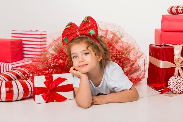 クリスマスの要素に囲まれた正面図スマイリー小さな子供