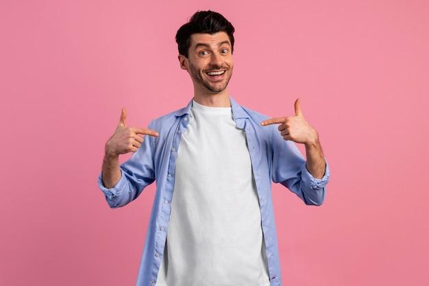 Vista frontale dell'uomo sorridente che punta a se stesso