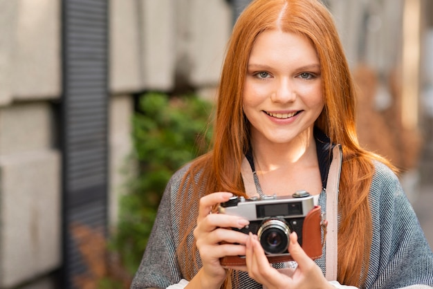カメラを持って正面スマイリー女性