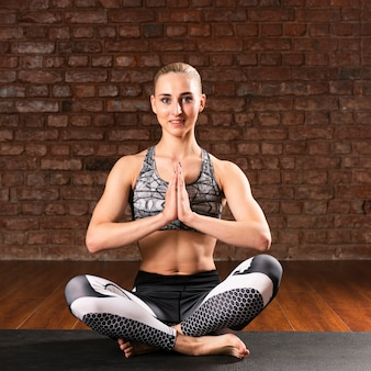 Вид спереди смайлик женщина медитации