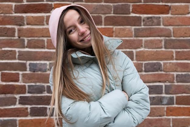 Donna di smiley vista frontale in posa