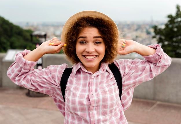 帽子をかぶって正面スマイリー女性