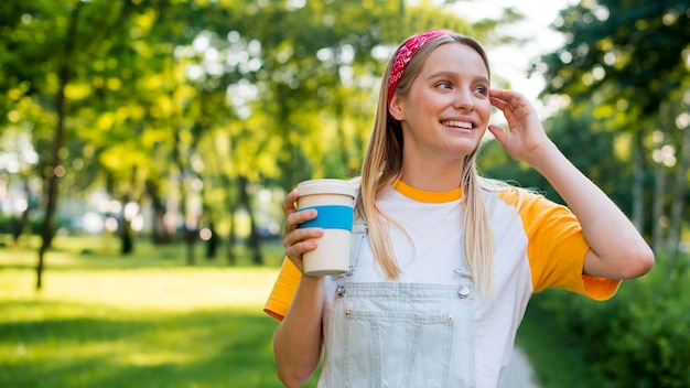 Vista frontale della donna di smiley con la tazza