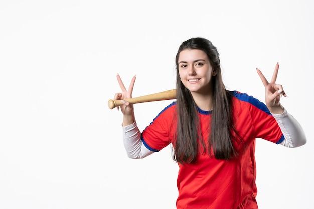 野球のバットと笑顔の女性プレーヤーの正面図