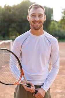 테니스 코트에 전면보기 웃는 남자