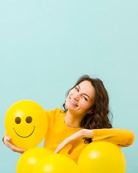 Vista frontale della donna sorridente con lo spazio della copia