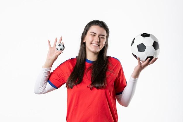 전면보기 축구 공 스포츠 옷에서 젊은 여성 미소