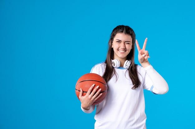 농구와 젊은 여성을 웃 고 전면보기