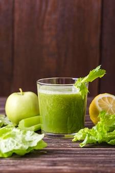 Bicchiere da frullato vista frontale con mela e insalata