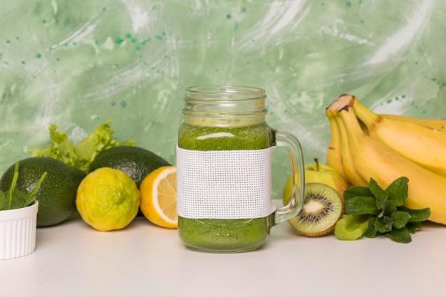果物のミックスと正面スムージー瓶