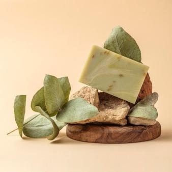 녹색 식물로 만든 전면보기 비누