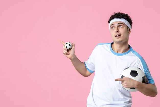 ボールとスポーツ服の正面のサッカー選手