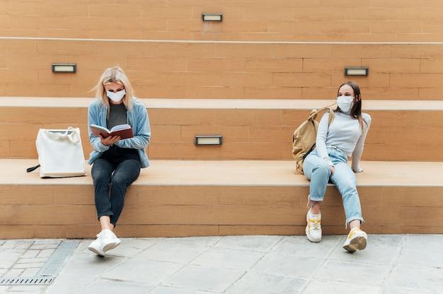 Vista frontale del concetto di allontanamento sociale