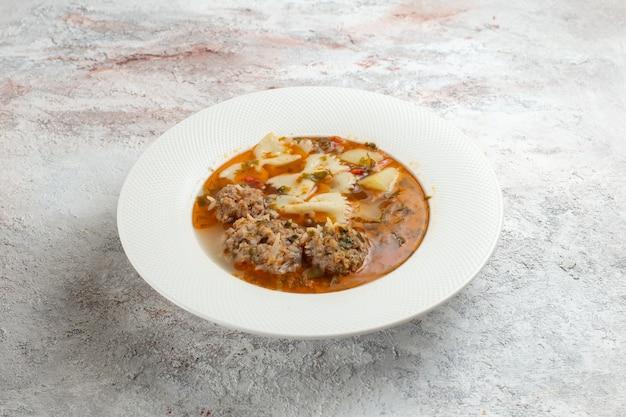 흰색 표면에 내부 파스타와 고기 고기 맛있는 수프와 전면보기 수프