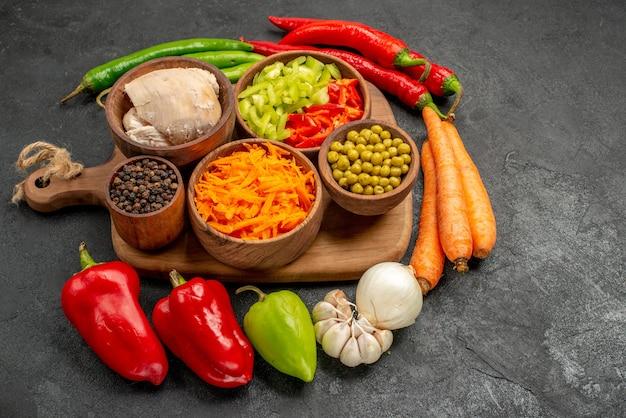 어두운 테이블 색상 샐러드에 신선한 콩 닭고기와 당근을 곁들인 매운 고추 전면 보기