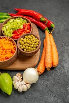 어두운 테이블 색상 샐러드 잘 익은 신선한 콩과 전면 보기 매운 고추