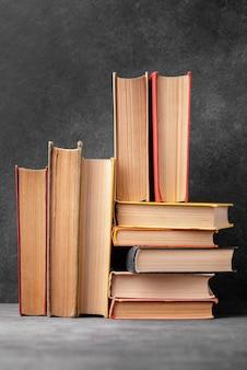 Vista frontale della pila di libri