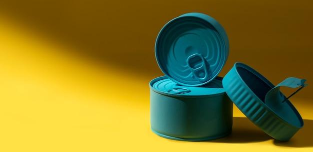 コピースペース付きの青いブリキ缶の正面スタック