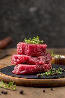 Vista frontale di carne impilata con erbe