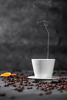Вид спереди дымящейся чашки кофе