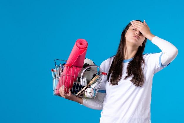 Вид спереди подчеркнула молодая женщина с корзиной, полной спортивных вещей