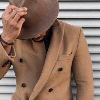 Uomo alla moda vista frontale che indossa un bel cappello