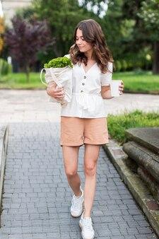 Вид спереди стильная женщина с покупками