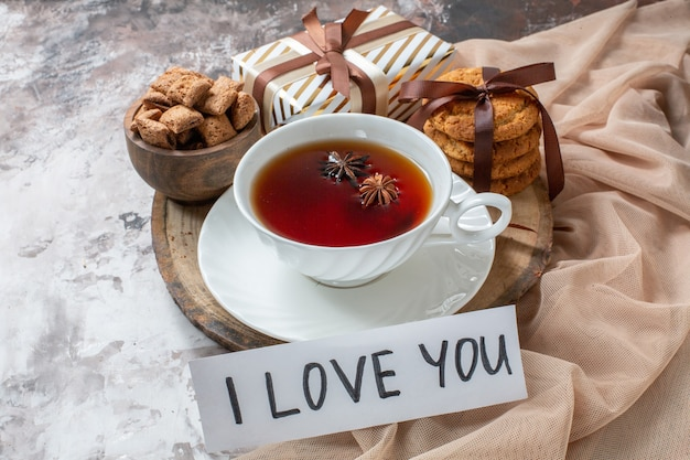 밝은 배경 색상 파이 차 쿠키 달콤한 케이크 설탕 패스트리 사랑에 차 한잔과 전면 보기 설탕 비스킷