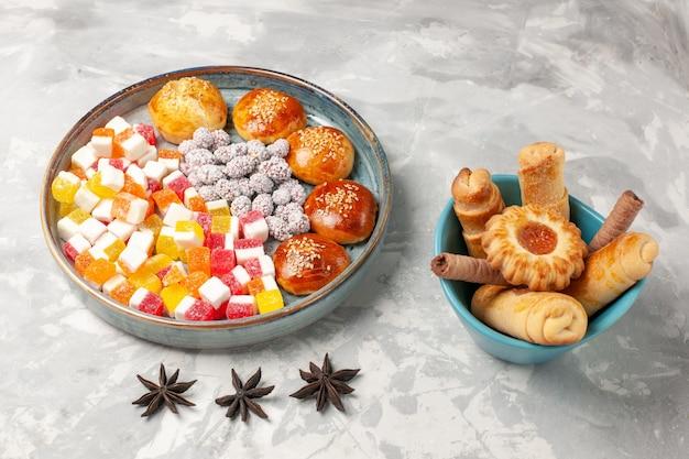 Сахарные конфеты, вид спереди с маленькими сладкими булочками и рогаликами на светло-белой поверхности, сладкое печенье, печенье, сахарный пирог, печенье
