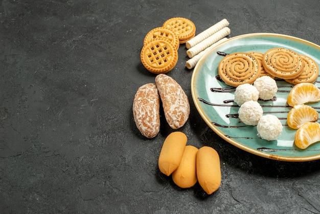Biscotti di zucchero di vista frontale con i biscotti su un biscotto della torta della caramella della tabella grigia