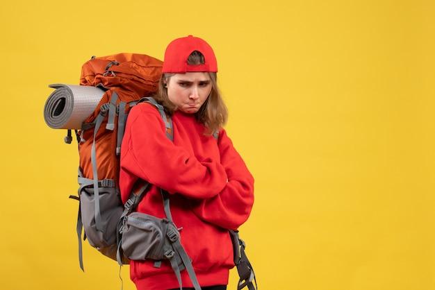 正面図不機嫌そうな女性旅行者とバックパックの交差する手