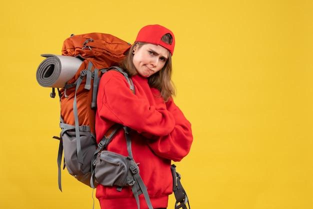 正面図無愛想な女性旅行者とバックパックの交差する手
