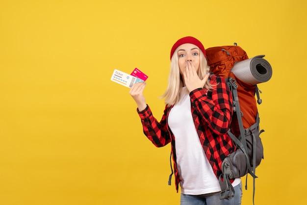 正面図は、カードと旅行チケットを保持している彼女のバックパックでブロンドの女の子を驚かせました