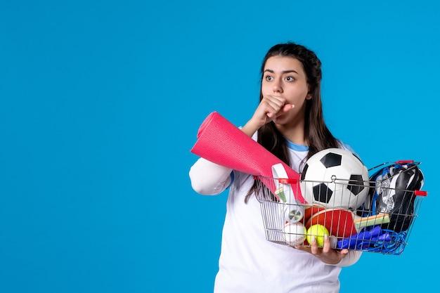 Вид спереди удивил молодую женщину с корзиной после спортивных покупок