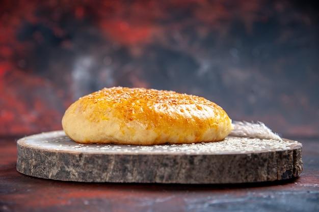 Вид спереди сладкой запеченной булочки, как свежий хлеб на темном фоне