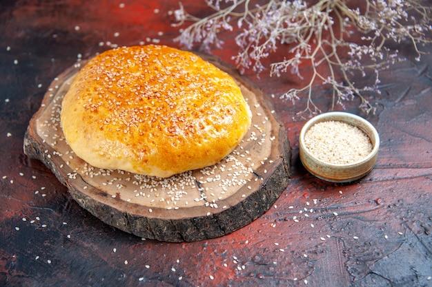 暗い背景に焼きたてのパンのような正面図の甘い焼きたてのパンパン